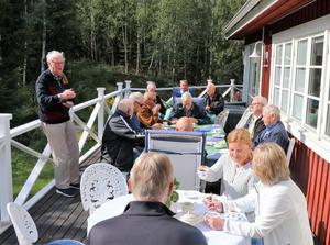 Lindes veteranklubb träffas fyra gånger om året. Här är de hemma hos förre ägaren Per-Mårten Eriksson som går igenom första dagens program: fika, studiebesök i vindkraftspark, lunch, inkvartering, kräftfiske och middag.