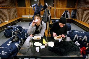 Nobelhallen, söndag 19 oktober 2003: Lite snabbmat i omklädningsrummet efter matchen. Kompisarna Calle Gunnarsson och Emil Axelsson slevar i sig mat ur medhavda matlådor efter förlusten mot Bofors.