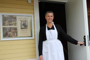 Ingela Bäck är en sommarens volontärerna som guidar runt bland samlingarna.