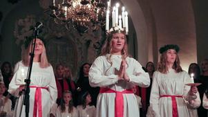 Årets lucia i Askersund var Hanna Ahlm. I två dagar har hon och hennes tärnor lussat på olika äldreboenden. Luciafirandet avslutades under söndagen i Landskyrkan.