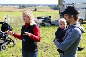 Jenny Klingborg och Magnus Vuolo med sonen Leslie, 13 månader. De har ett litet lantbruk i Hackvads via och ägnar sig åt fårvallning. Magnus är även professionell fårklippare och har bott på Nya Zeeland.