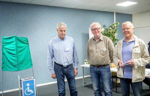 Valarbetare Per-Olof Andreasson, Hans-Olov Westerlund och Stefan Aronsson i vallokalen i Skönsberg.