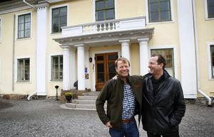 Rickard Björklund, ägare till Skebo Herrgård, intill vännen David Lampel, konstnärlige ledare för Skeboevenemanget Sommarnattens toner. Foto: Anders Sjöberg