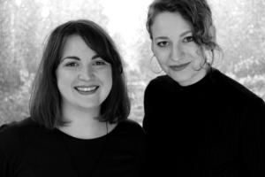 Agnes Ahlsén och Sara Hallonsten (från Gävle) står bakom det nystartade förlaget Systerkonspirationen. Pressbild.