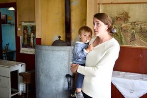 Caroline Wittrin bor i skolhuset i Anderstorp. När det är sommarloppis öppnas skolsalen på nedervåningen för fikande gäster.