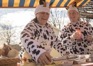 Affärerna gick bra för Berit och Caroline Kleberg på årets påskmarknad i Wadköping.