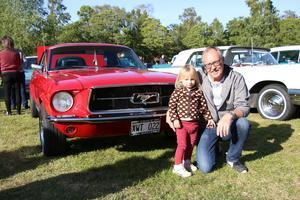Ännu ett nytt rekord i antalet fordon på årets veteranfordonsträff i Sannahed. Anders Lätt besökte evenemanget i sin mustanng med barnbarnet Viola.