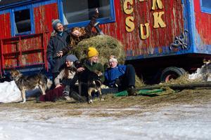 Eva-Lis Bring, Tingla , Maria, Klara och Lennart Bring. framför cirkusvagnen. Lennart och Eva-Lis är de som drivit gården i snart 30 år.