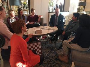 Ungdomar från Uppsala Schackklubb fick träffa stormästaren under Sverigebesöket. Mötet arrangerades av riksdagsledamoten Maria Weimer (L) (som syns i förgrunden på bilden).