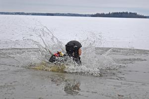 Det är viktigt att ha sällskap när man är ute på isen fall man skulle hamna, precis som personen på bilden, i en isvak. Minst tre personer brukar föreningen Långfärdsskridskor säga.