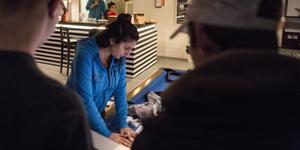 Pingisbordet är på plats. Nu gäller det att montera ihop det. Randa Nammour hjälper till, men överlåter det mesta till ungdomarna.
