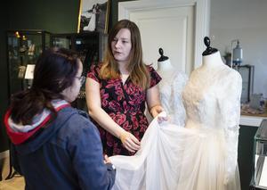 Matilda Olsson visa upp sina brudklänningar för intresserade besökare.