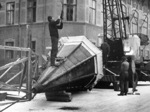 Den kände entreprenören Birger Hellberg, Krokom, anlitades för att med kran ta ner tornet från Kyrkgatan 48.