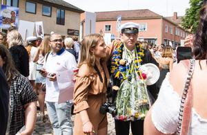Lucas Larsson ställde upp på bild tillsammans med vänner och familj.