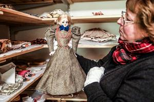 Marie Madsen är textilassistent och visar runt i de kylda rum där textilier förvaras. Här, en modemannekäng i litet format.