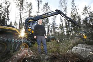 Jonas Wahlgren har många års erfarenhet som skogsarbetare. Han har aldrig sett något liknande i Roslagen som det stormen Alfrida har orsakat.