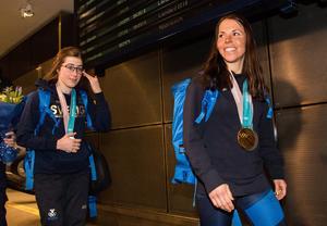 Ebba Andersson och Charlotte Kalla tar emot gratulationer och blommor efter sin hemkomst från OS. Bild: Tobias Sterner/Bildbyrån.