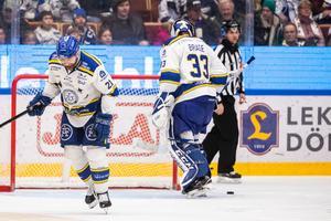 Mattias Ritola och Axel Brage deppar efter HV71:s 0–2-mål. Den senare byttes ut i samband med målet. Bild: Daniel Eriksson/Bildbyrån