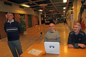 Föreningens eldsjälar Ingvar Bergström, Tord Skifs och Jan-Erik Johanesson sålde inträde till filmvisningen.