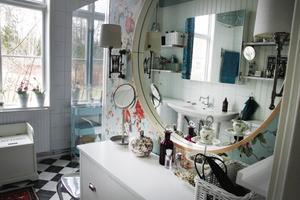 På bottenvåningen, i anslutning till det tre sovrummen, har Lena och Mats Lindberg inrett ett modernt badrum med golvvärme i det svart-vitrutiga klinkergolvet.