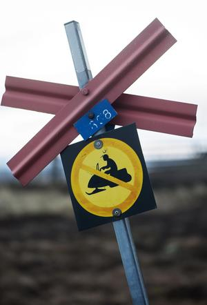 En skylt med en överkorsad skoter markerar förbud mot skoterkörning längs en led i Sälenfjällen Foto: Fredrik Sandberg / TT