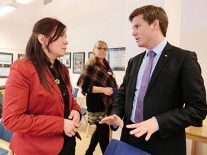 Jeanette Kråik som är samisk samordnare i Bergs kommun tycker det är viktigt att få ha en dialog direkt med ministern, utan mellanled, i den här frågan. I bakgrunden Malin Ripa som är samordnare i Älvdalen.