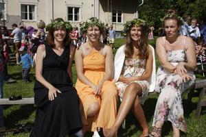 HORNDAL. Från vänster: Heidi McDonald (Maine, USA), systrarna Emmy och Hanna samt mamma Ann Norstedt (Avesta). Hanna Norstedt hade bestämt sig för att att lägga blommor under kudden på midsommaraftons kväll. Förra gången hon gjorde det drömde hon om en orm.