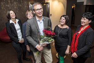 Valvinnnaren Peder Björk med rosor och de fyra kvinnor som har varit andranamn på de fyra listor som han toppade.