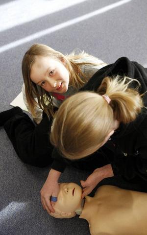 Röda korset i Mörsil och Mattmar bjuder alla eleverna i årskurs fem på livräddningskurs. Här ser vi när Cecilia Agri visar hur man stoppar en kraftig blödning.Eleverna får öva på mun till mun-andning på enlivräddningskurs.