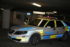 En polispatrull undersöker skadegörelsen i Bryggeriets garage.