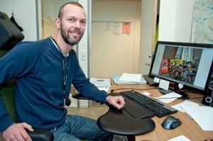 Renhållningschefen i Krokoms kommun, Oscar Aspman, konstaterar att kommuninvånarna kan bli bättre på att sortera ut tidningar och förpackningar.