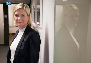 Finansminister Magdalena Andersson (S), fortsätter att gasa fastän ekonomin redan går på högvarv. Bild: Hossein Salmanzadeh/TT