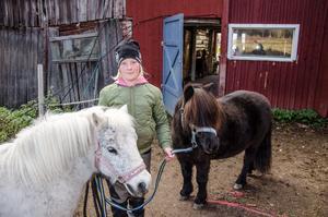 Alice sköter om sina hästar själv.