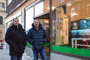 Lars Sundling Fenell tillsammans med den gamla ägaren Leif Löfgren utanför Videoteket.