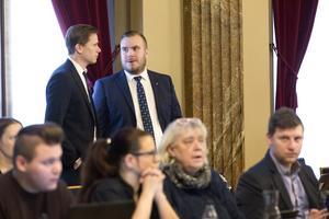 Mattias Eriksson Falk (till höger) i samtal med partikollegan Roger Hedlund.