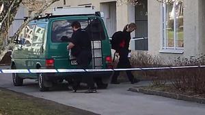 Under söndagseftermiddagen arbetade polisen tekniker i lägenheten där mannen i 30-årsåldern hittats död.
