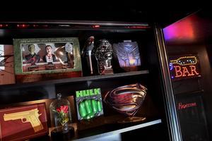 Samlarobjekt och andra prylar som hänger ihop med filmerna finns utställda i familjens lounge.Foto: Jonas Ekströmer / TT