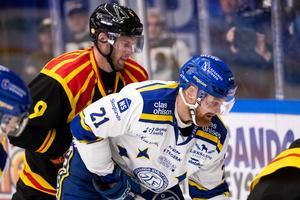 Niclas Andersén (här i närkamp med Mattias Ritola).  Foto: Bildbyrån