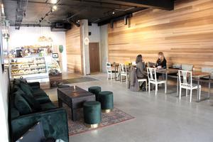 Väggen i ombyggda Bodins kafé fick en panel av cederträ.
