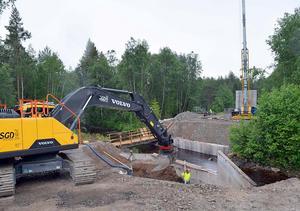 I juli var arbetet i full gång med den nya bron.
