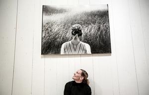 Linda Maria Thompson med ett av de fotografier som visas på utställningen.