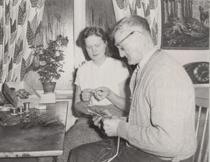 Oscar Fick med dottern Alma hemma i köket i Hede.Flugbindarverksta'n  kunde leverera ett par, tre hundra flugor om dagen.