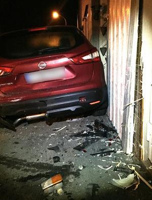 Parets bild knuffades in i fastigheten som fick skador på fasaden.Foto: Privat
