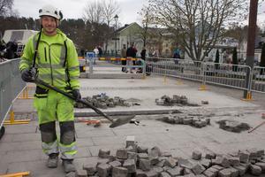 Gästarbetaren Vuicu Tudorel från Rumänien firar inte första maj utan stenlägger Sjötullstorget.– Hade jag haft familjen här så hade jag firat, säger han.