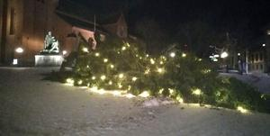 Foto: privat. Den 5,5 ton tunga granen på Stora torget i Falun har rasat.