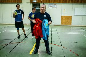 Tomas Jonsson från GIF Sundsvall i färd med att dela ut västar till lagen.