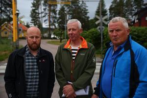 Johan Danielsson, Anders Danielsson och Bengt Olsson blir inte glada om järnvägsöverfarten stängs