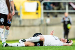 Daniel Björkman ligger skadad. Foto: Bildbyrån