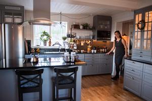 Maria trivs i köket, de valde grå nyansen på köksluckorna och är supernöjda.