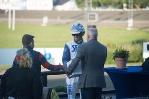 Wäjersten gratulerades av, bland annat, Challe Berglund efter loppet.